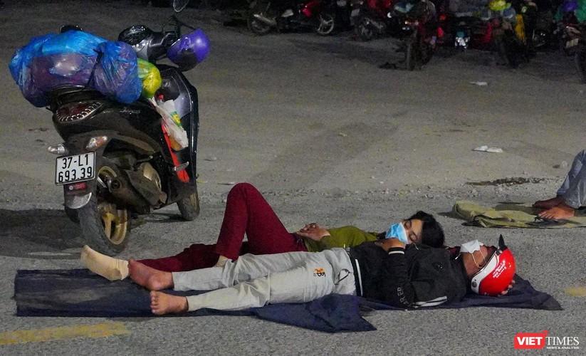 Ảnh: Đội sinh viên tình nguyện Đà Nẵng xuyên đêm tiếp sức người dân đi xe máy về quê tránh dịch ảnh 24