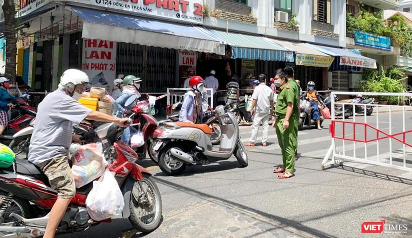 """Đà Nẵng: Người dân đổ xô """"vét sạch"""" siêu thị, sau thông tin TP có thể phong tỏa cứng trong 7 ngày ảnh 1"""
