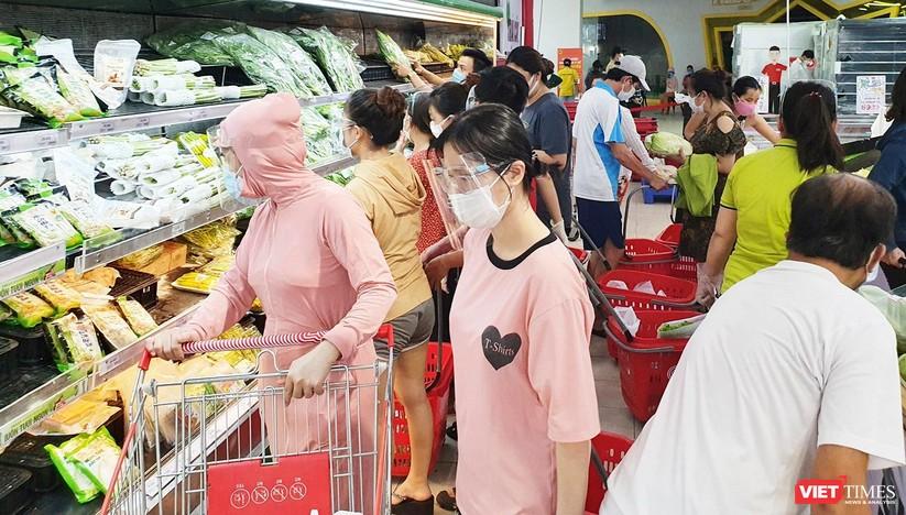 """Đà Nẵng: Người dân đổ xô """"vét sạch"""" siêu thị, sau thông tin TP có thể phong tỏa cứng trong 7 ngày ảnh 6"""