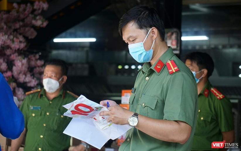 Ảnh: Ngày đầu hoạt động ở các điểm cung ứng thực phẩm do Công an Đà Nẵng đảm nhiệm ảnh 8