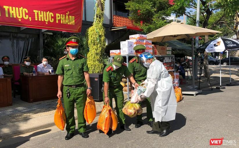 Ảnh: Ngày đầu hoạt động ở các điểm cung ứng thực phẩm do Công an Đà Nẵng đảm nhiệm ảnh 3