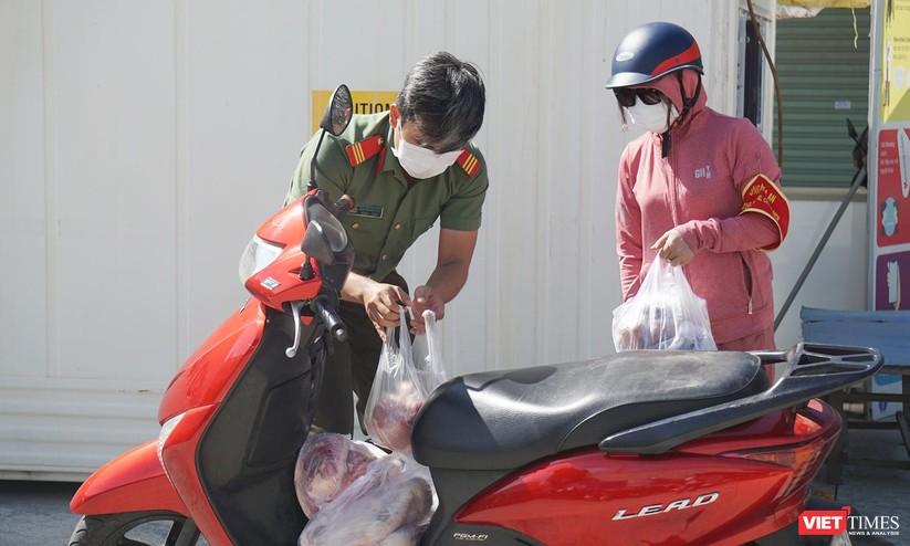 Ảnh: Ngày đầu hoạt động ở các điểm cung ứng thực phẩm do Công an Đà Nẵng đảm nhiệm ảnh 18