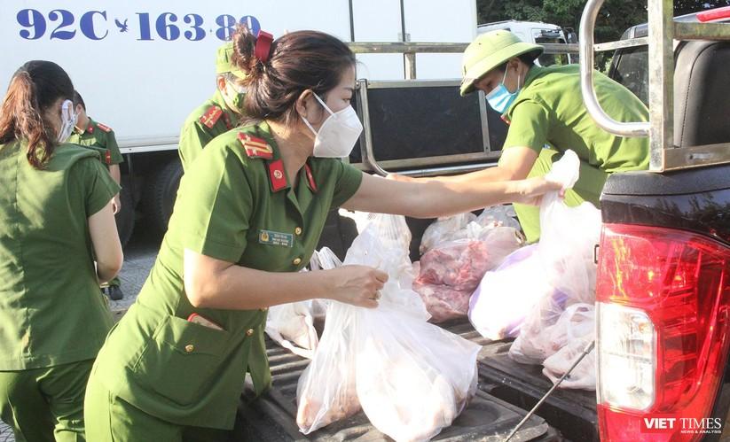 Ảnh: Ngày đầu hoạt động ở các điểm cung ứng thực phẩm do Công an Đà Nẵng đảm nhiệm ảnh 16
