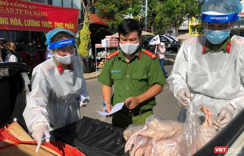 Ảnh: Ngày đầu hoạt động ở các điểm cung ứng thực phẩm do Công an Đà Nẵng đảm nhiệm ảnh 19