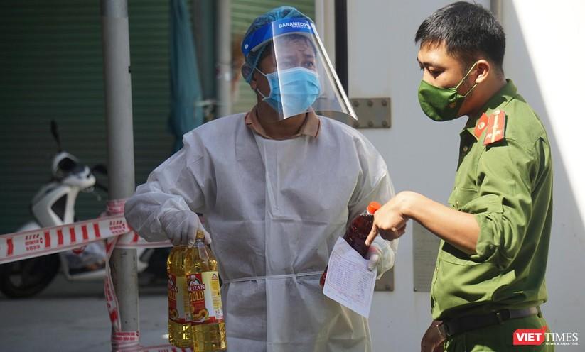Ảnh: Ngày đầu hoạt động ở các điểm cung ứng thực phẩm do Công an Đà Nẵng đảm nhiệm ảnh 14
