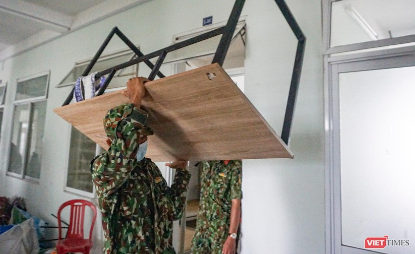 Ảnh: Quân đội khẩn trương dọn dẹp, chuyển ký túc xá thành bệnh viện dã chiến 2.000 giường ở Đà Nẵng ảnh 6