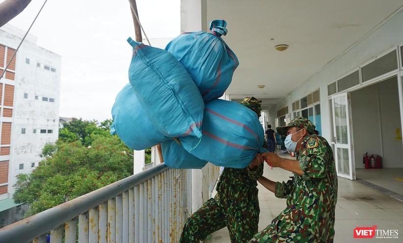 Ảnh: Quân đội khẩn trương dọn dẹp, chuyển ký túc xá thành bệnh viện dã chiến 2.000 giường ở Đà Nẵng ảnh 8