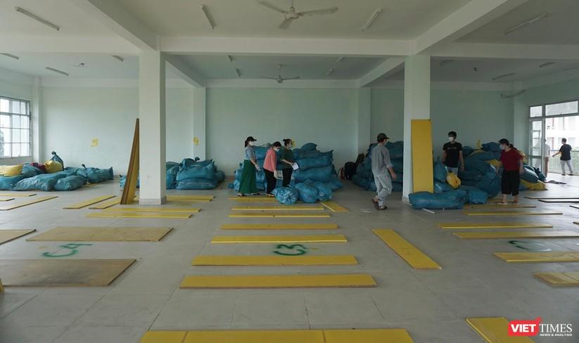 Ảnh: Quân đội khẩn trương dọn dẹp, chuyển ký túc xá thành bệnh viện dã chiến 2.000 giường ở Đà Nẵng ảnh 4