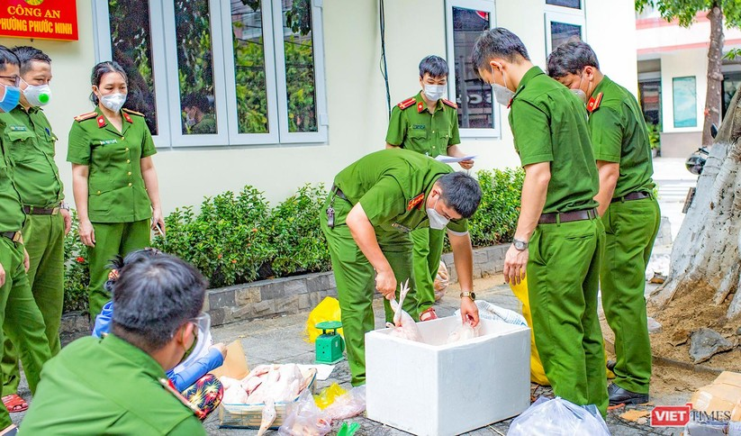 """Ảnh: Khi các chiến sĩ công an ở Đà Nẵng vào vai """"người vận chuyển"""" ảnh 6"""
