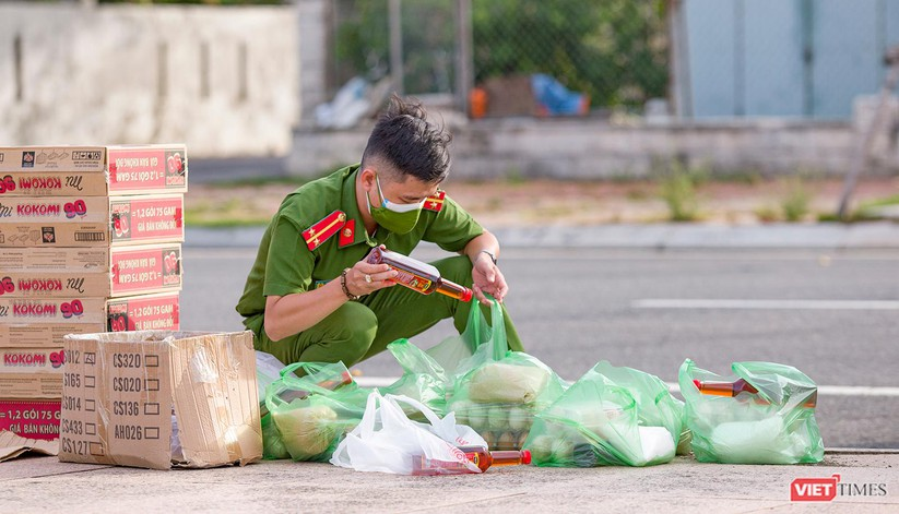 """Ảnh: Khi các chiến sĩ công an ở Đà Nẵng vào vai """"người vận chuyển"""" ảnh 10"""