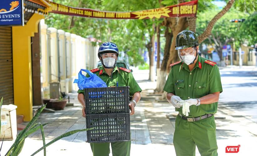 """Ảnh: Khi các chiến sĩ công an ở Đà Nẵng vào vai """"người vận chuyển"""" ảnh 23"""