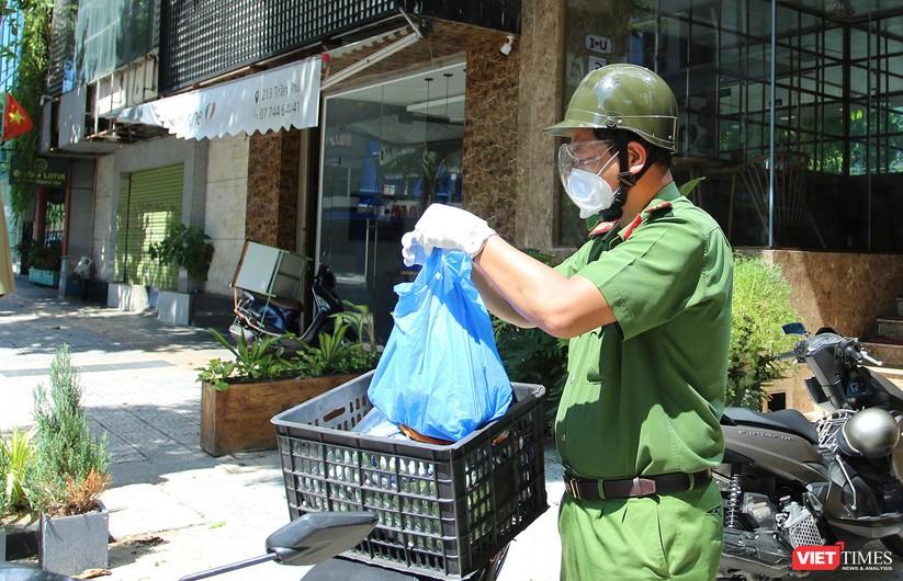 """Ảnh: Khi các chiến sĩ công an ở Đà Nẵng vào vai """"người vận chuyển"""" ảnh 17"""