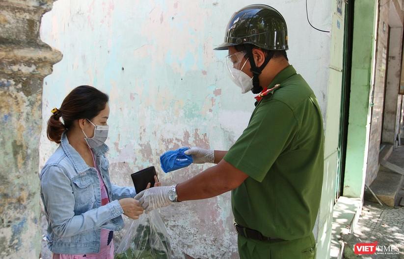 """Ảnh: Khi các chiến sĩ công an ở Đà Nẵng vào vai """"người vận chuyển"""" ảnh 25"""