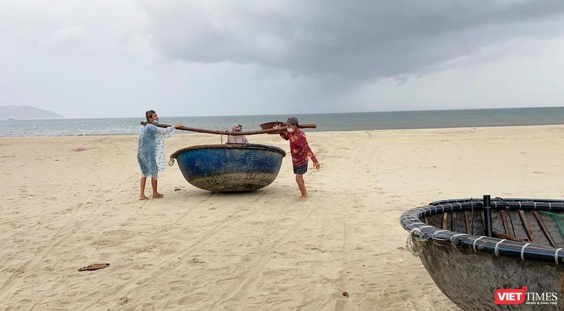 Ảnh: Người dân Đà Nẵng căng mình ứng phó với bão số 5 ảnh 4