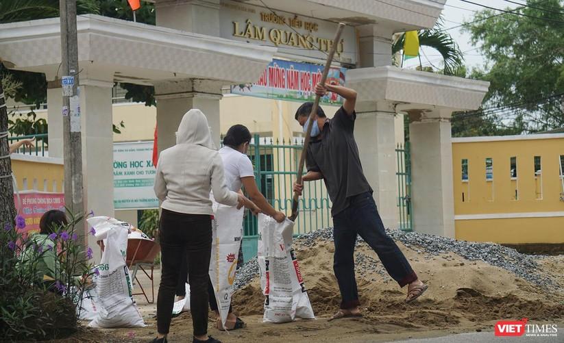Ảnh: Người dân Đà Nẵng căng mình ứng phó với bão số 5 ảnh 11