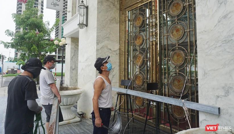 Ảnh: Người dân Đà Nẵng căng mình ứng phó với bão số 5 ảnh 13