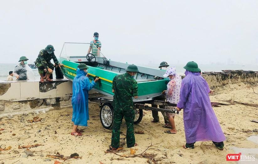 Ảnh: Người dân Đà Nẵng căng mình ứng phó với bão số 5 ảnh 3