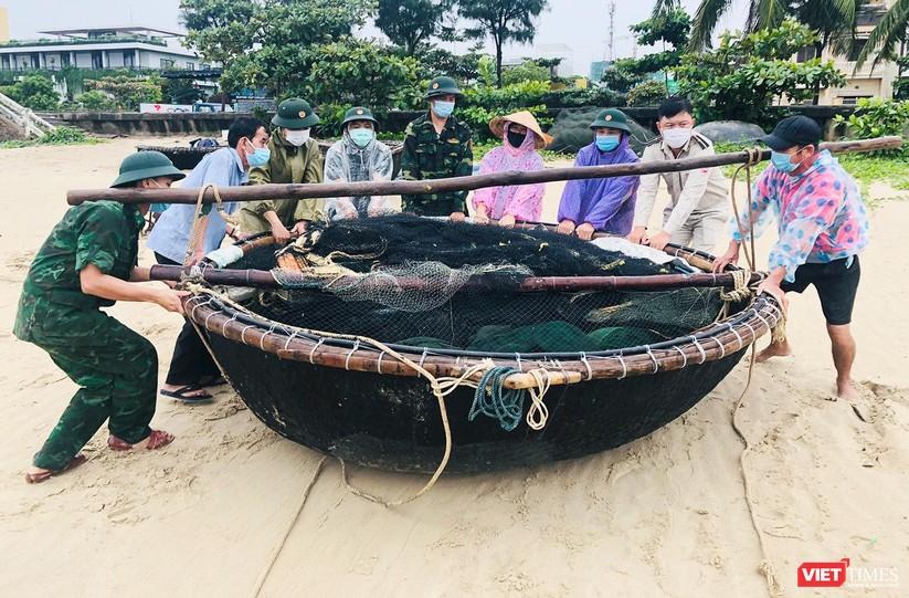 Ảnh: Người dân Đà Nẵng căng mình ứng phó với bão số 5 ảnh 2