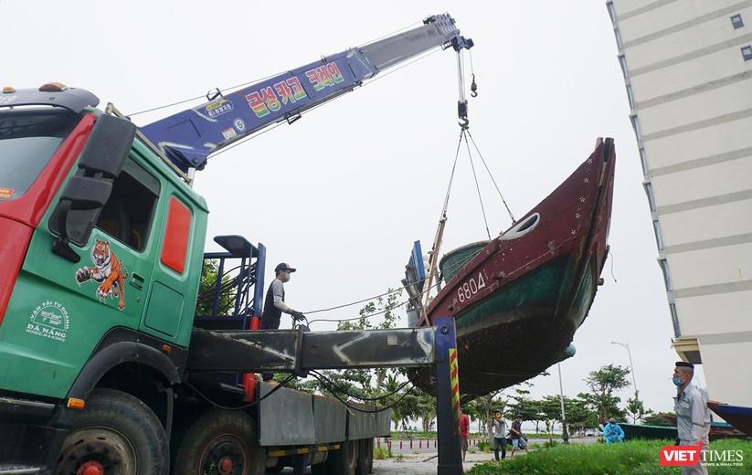 Ảnh: Người dân Đà Nẵng căng mình ứng phó với bão số 5 ảnh 6