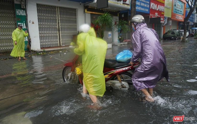 Cập nhật bão số 5 ở Đà Nẵng: Mưa lớn, gió giật mạnh, nhiều tuyến đường ngập nặng ảnh 9