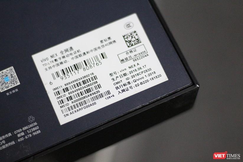 """Mở hộp mẫu điện thoại độc đáo với camera """"thò thụt"""" đầu tiên trên thế giới ảnh 2"""