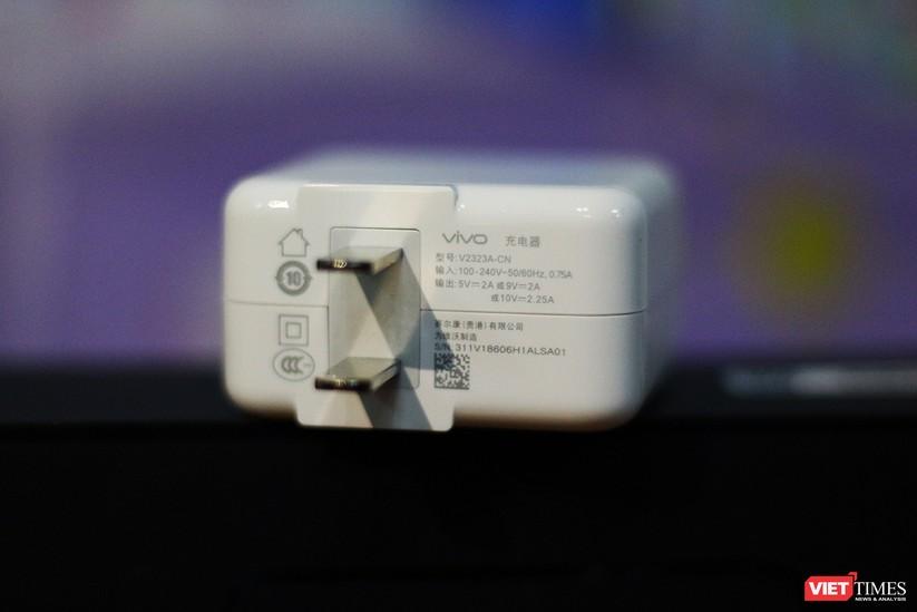 """Mở hộp mẫu điện thoại độc đáo với camera """"thò thụt"""" đầu tiên trên thế giới ảnh 5"""