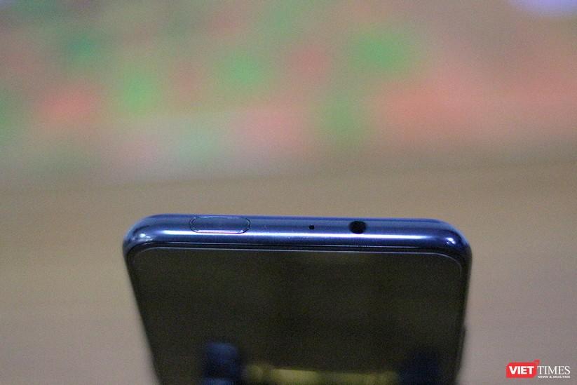 """Mở hộp mẫu điện thoại độc đáo với camera """"thò thụt"""" đầu tiên trên thế giới ảnh 18"""