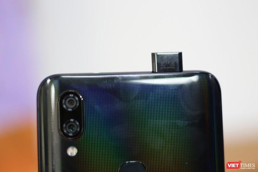 """Mở hộp mẫu điện thoại độc đáo với camera """"thò thụt"""" đầu tiên trên thế giới ảnh 9"""