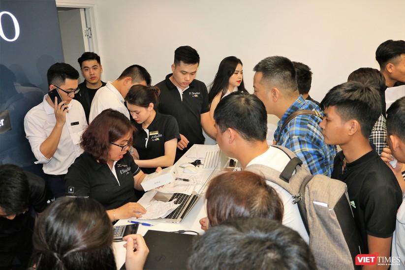Hàng dài người xếp hàng lúc nửa đêm để mua iPhone XS và XR chính hãng ảnh 12