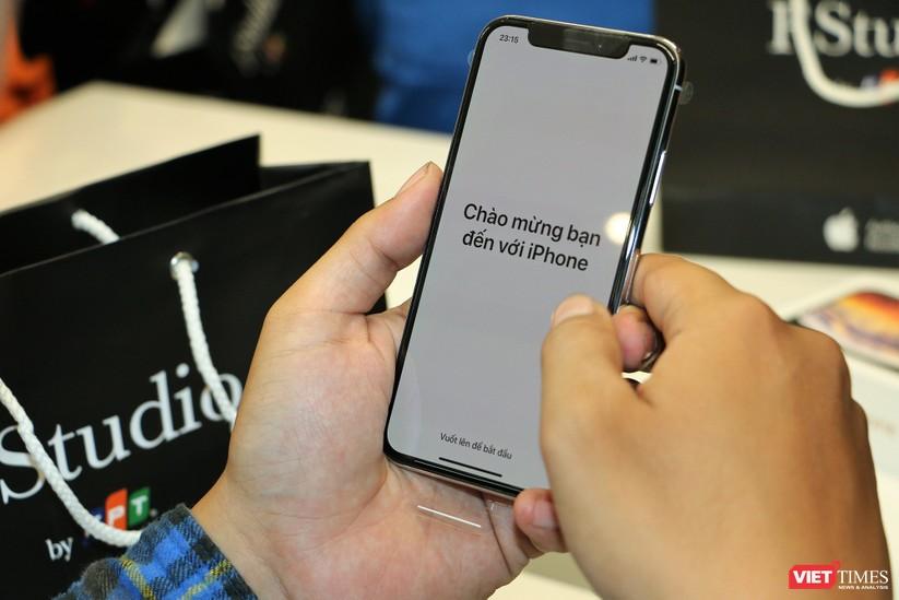 Hàng dài người xếp hàng lúc nửa đêm để mua iPhone XS và XR chính hãng ảnh 18