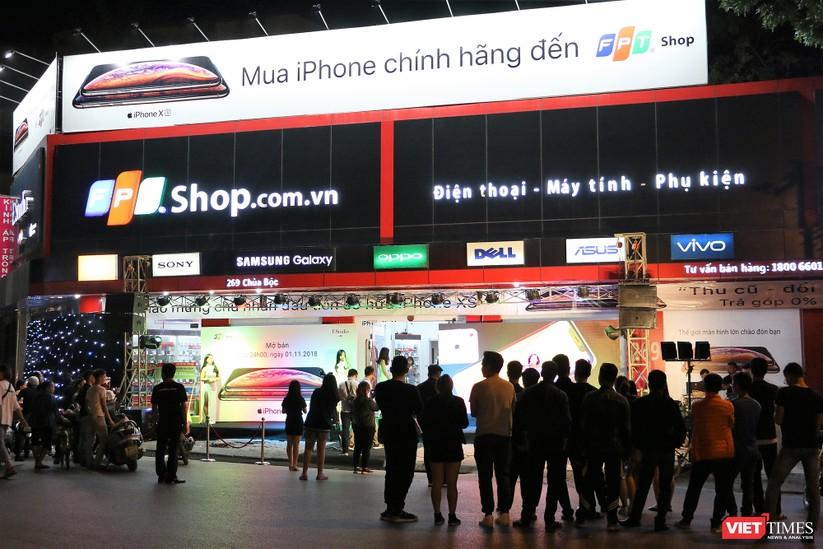 Hàng dài người xếp hàng lúc nửa đêm để mua iPhone XS và XR chính hãng ảnh 1