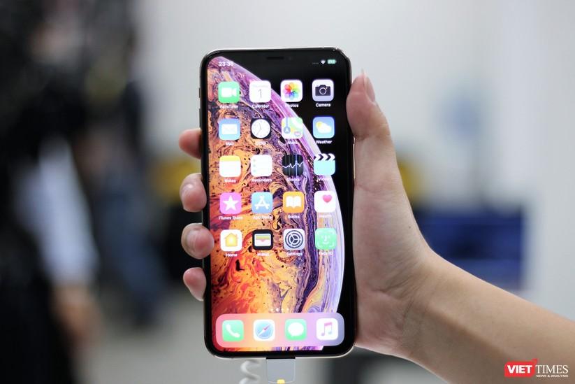 Hàng dài người xếp hàng lúc nửa đêm để mua iPhone XS và XR chính hãng ảnh 24