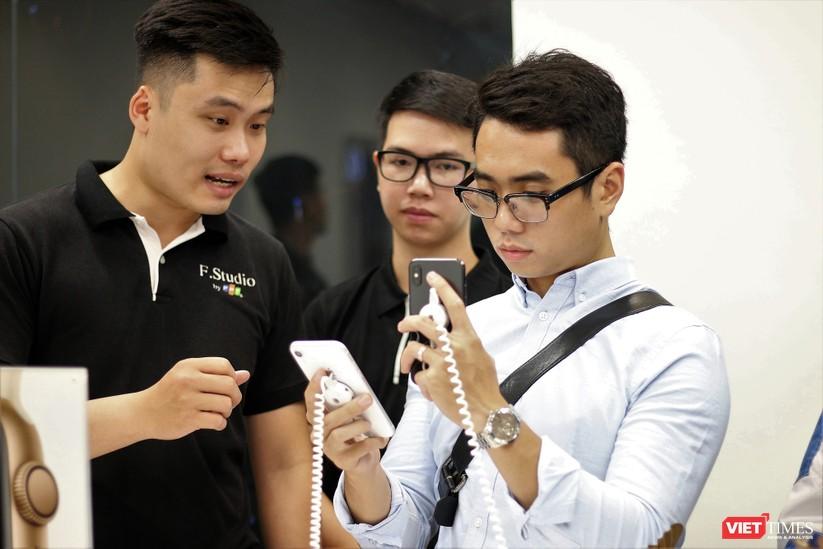 Hàng dài người xếp hàng lúc nửa đêm để mua iPhone XS và XR chính hãng ảnh 27