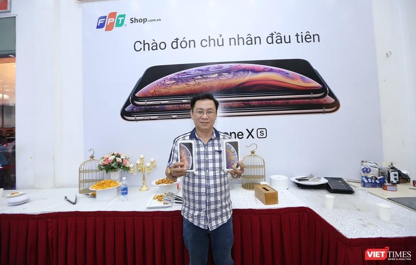 Hàng dài người xếp hàng lúc nửa đêm để mua iPhone XS và XR chính hãng ảnh 28