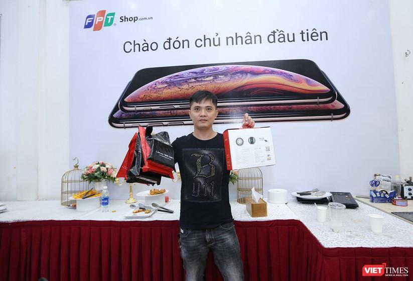 Hàng dài người xếp hàng lúc nửa đêm để mua iPhone XS và XR chính hãng ảnh 29