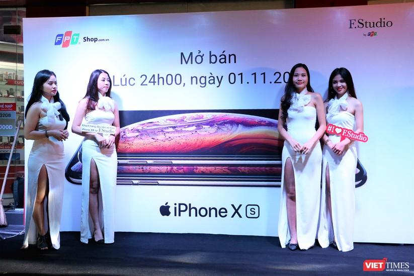 Hàng dài người xếp hàng lúc nửa đêm để mua iPhone XS và XR chính hãng ảnh 3