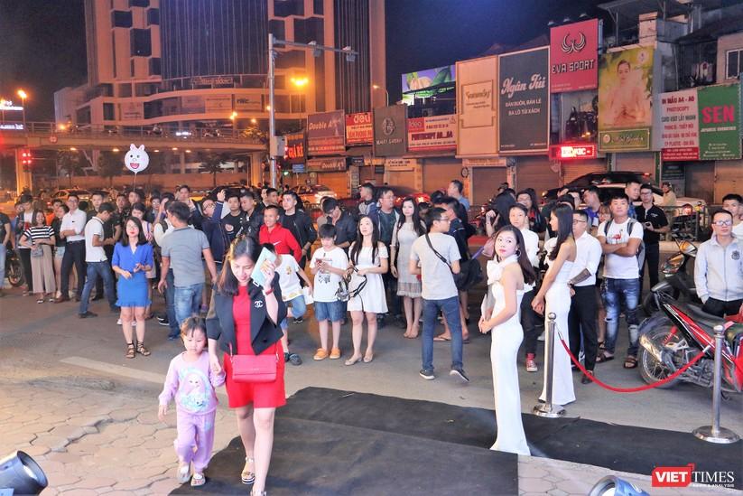 Hàng dài người xếp hàng lúc nửa đêm để mua iPhone XS và XR chính hãng ảnh 4
