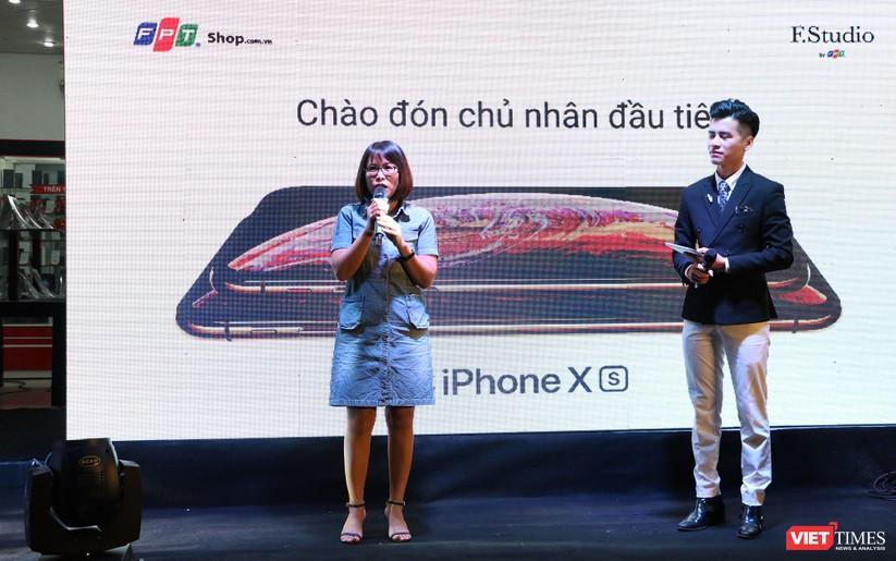 Hàng dài người xếp hàng lúc nửa đêm để mua iPhone XS và XR chính hãng ảnh 5