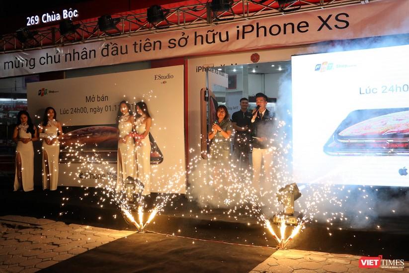 Hàng dài người xếp hàng lúc nửa đêm để mua iPhone XS và XR chính hãng ảnh 6