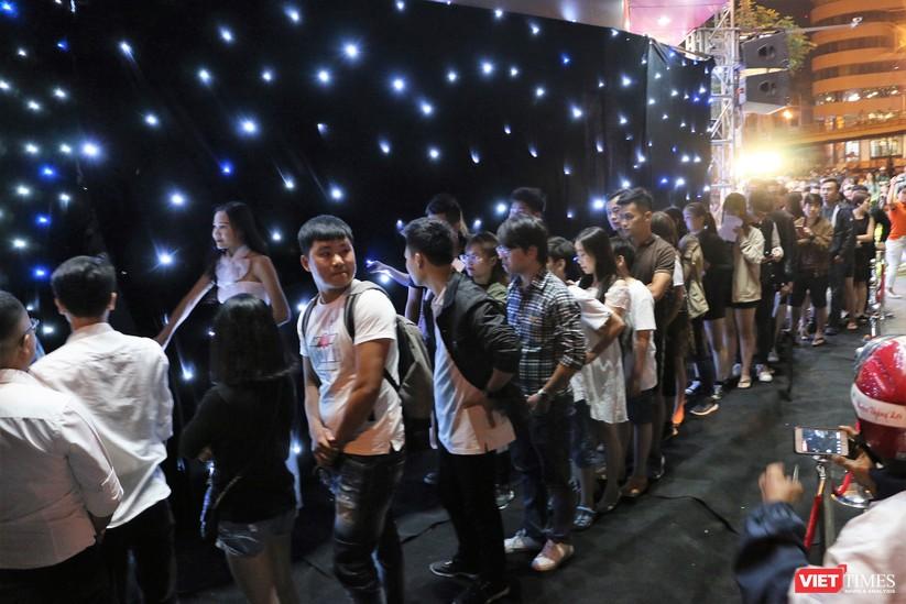 Hàng dài người xếp hàng lúc nửa đêm để mua iPhone XS và XR chính hãng ảnh 7