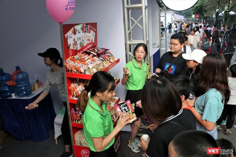 Hàng chục nghìn người chen chúc tham dự lễ hội văn hóa và ẩm thực Hàn - Việt tại phố đi bộ Hồ Gươm ảnh 13
