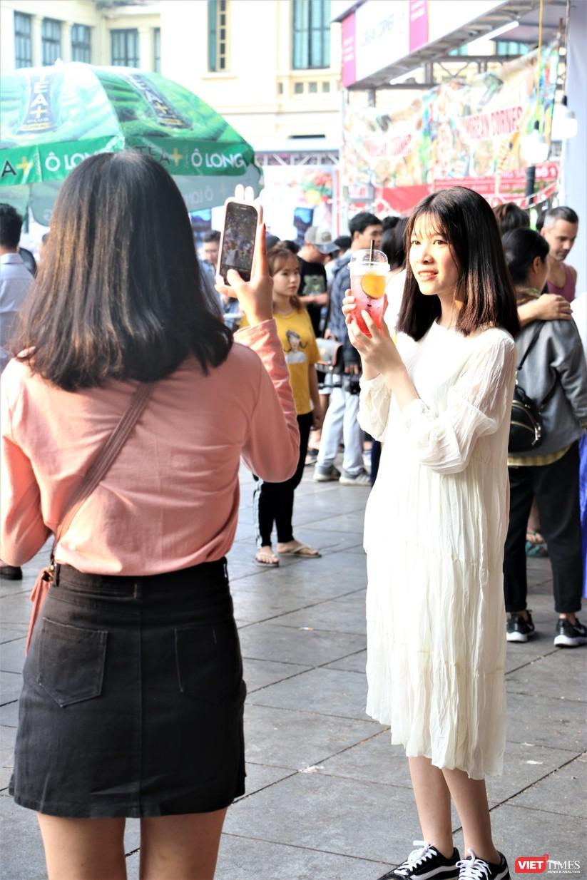 Hàng chục nghìn người chen chúc tham dự lễ hội văn hóa và ẩm thực Hàn - Việt tại phố đi bộ Hồ Gươm ảnh 23