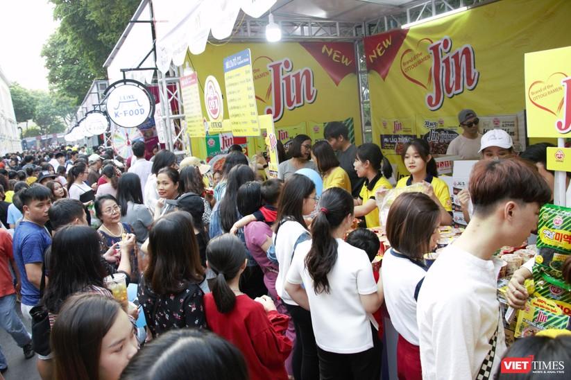 Hàng chục nghìn người chen chúc tham dự lễ hội văn hóa và ẩm thực Hàn - Việt tại phố đi bộ Hồ Gươm ảnh 2