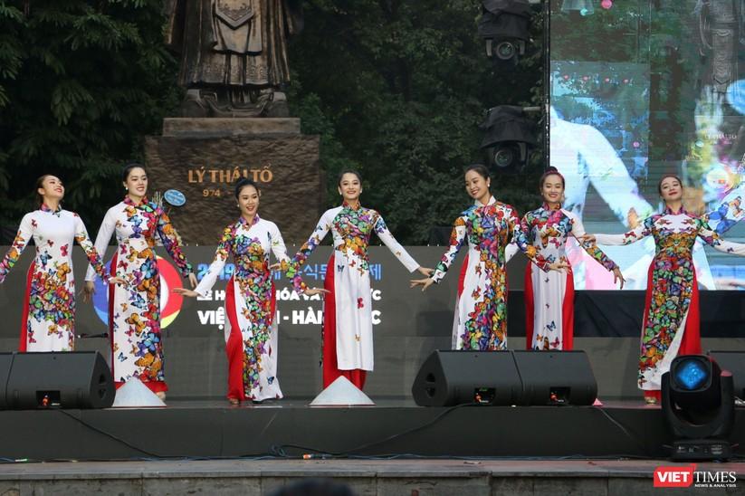 Hàng chục nghìn người chen chúc tham dự lễ hội văn hóa và ẩm thực Hàn - Việt tại phố đi bộ Hồ Gươm ảnh 29