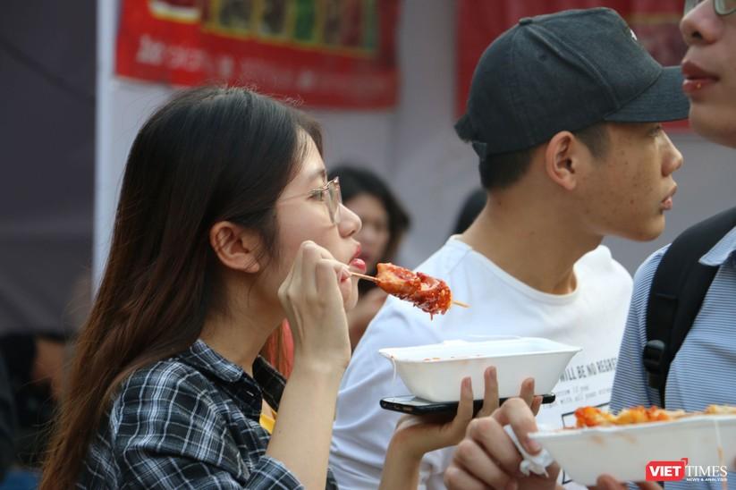 Hàng chục nghìn người chen chúc tham dự lễ hội văn hóa và ẩm thực Hàn - Việt tại phố đi bộ Hồ Gươm ảnh 7