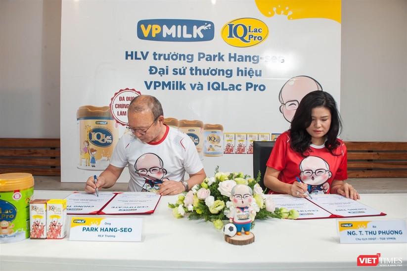 Bà Nguyễn Thị Thu Phương và thầy Park Hang Seo trong lễ ký kết tài trợ