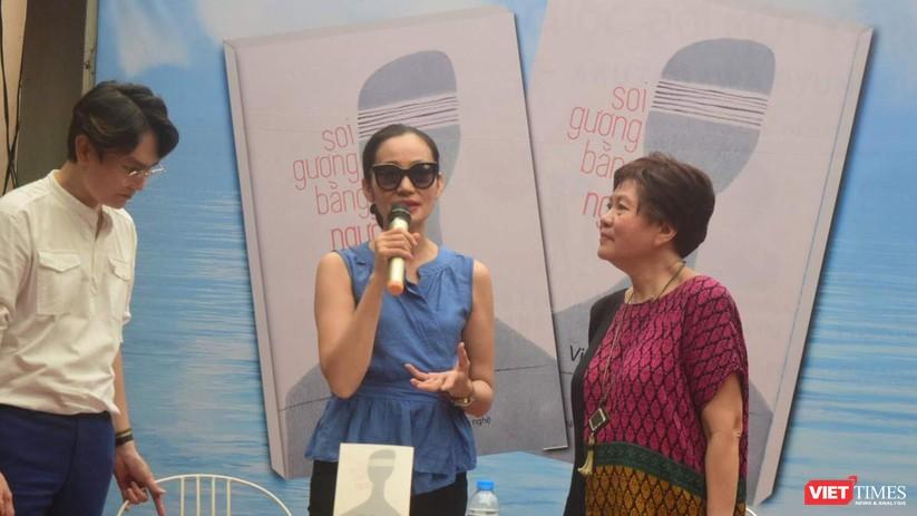 Diễn viên Hạnh Thúy (giữa) lên chúc mừng đạo diễn Việt Linh