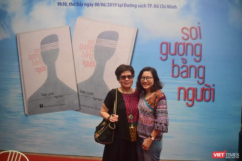 Bà Đinh Thị Phương Thảo - giám đốc NXB Văn hóa Văn nghệ TP HCM đến chúc mừng đạo diễn Việt Linh