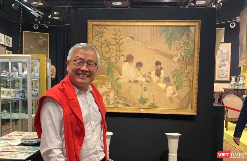 Nhà nghiên cứu Ngô Kim Khôi bên bức tranh của họa sĩ Lê Văn Đệ