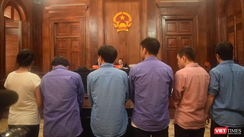 Bị cáo Vũ Thị Hồng Ngọc và các bị cáo Thanh, Sáng, Phong, trước tòa